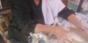 مسنة تبيع مخروطة وكسكسي