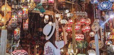 """ضوابط """"السياحة"""" عند شراء الهدايا من البازرات"""