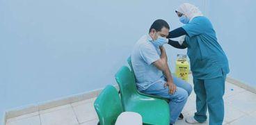 أحد المواطنين أثناء الحصول على اللقاح المصري - أرشيفية