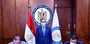 وزير البترول خلال توقيع العقد