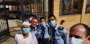 أحد المتعافين من فيروس كورونا يغادر مستشفى عزل قها