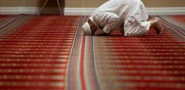 احذرها .. 4 مبطلات للصلاة بينها عادة شائعة يفعلها الكثيرون