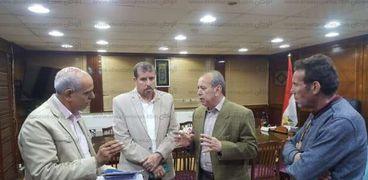 محافظ كفر الشيخ يلتقى مسؤولين بالمحافظة