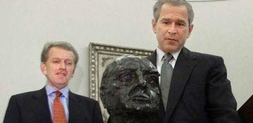 الرئيس الامريكي السابق جورج بوش مع التمثال النصفي لتشرشل