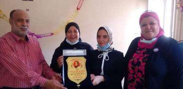 """مديرإدارة السنطة التعليمية تكرم الطالبة """"مريم """" الأولي علي الجمهورية"""