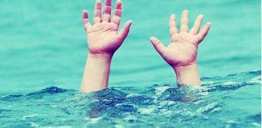 محاولة إنقاذ شاب يغرق