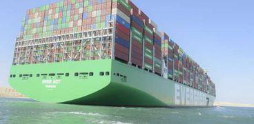 السفينة لحظة عبورها واستكمال رحلتها في قناة السويس