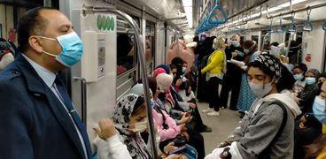 ركاب المترو يلتزمون بارتداء الكمامات الطبية داخل القطارات