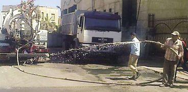 العمال أثناء رش حلقة السمك بالمطهرات