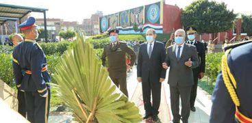 محافظ كفر الشيخ ومدير الأمن يضعان إكليل زهور على نصب شهداء الشرطة