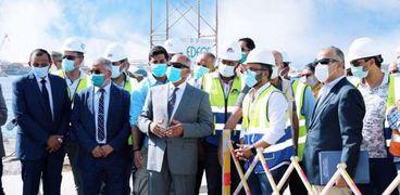 وزير النقل يتابع تنفيذ المشروعات الخدمية بميناء الإسكندرية (صور)