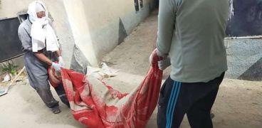 صورة - أثناء استخراج الجثة من المقابر