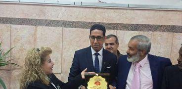 تكريم المشرف علي قاعات العرض الملكية بمتحف الحضارة بالإسماعيلية