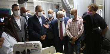 محافظ كفر الشيخ خلال زيارته للطفل قبل وفاته