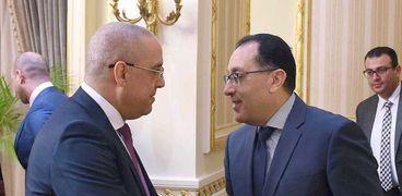 الدكتور مصطفي مدبولي يصافح عاصم الجزار وزير الإسكان الجديد