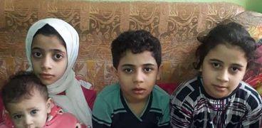 4 أطفال يخدمون والديهما المصابين بشلل وضمور - تصوير ماهر العطار