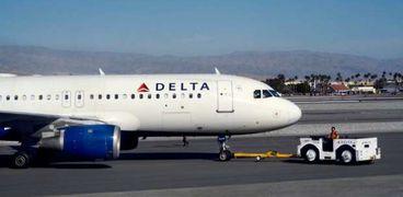 فيديو مرعب.. راكب يقتحم قمرة القيادة ويفتح باب الطائرة أثناء الرحلة