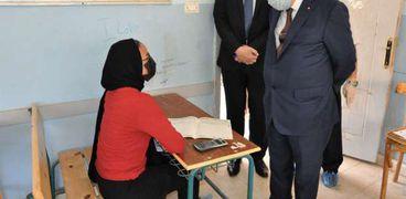 صورة أرشيفية للدكتور طارق شوقي وزير التعليم أثناء تفقده إحدى اللجان