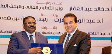 وزير التعليم العالى السوداني مع نطيره المصري