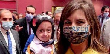السفيرة نبيلة مكرم وزيرة الهجرة مع الطفل زين هيثم