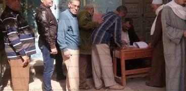 مواطنون يدلون بأصواتهم في اللجان الانتخابية