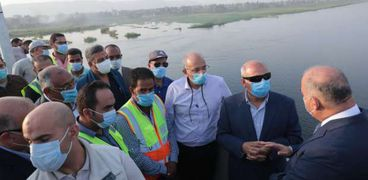 الفريق المهندس كامل الوزير وزير النقل أثناء زيارته لبعض محافظات الصعيد اليوم