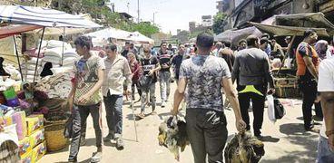 الزحام على أشده فى سوق الجمعة