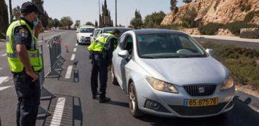 الشرطة عند حاجز مؤقت في القدس خلال الإغلاق الشامل
