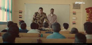 مشهد زيارة منسي لإحدى مدارس سيناء