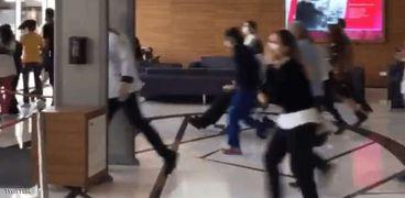 لقطة بواسطة موبايل أثناء فرار الناس لحظة وقوع الزلزال بأزمير