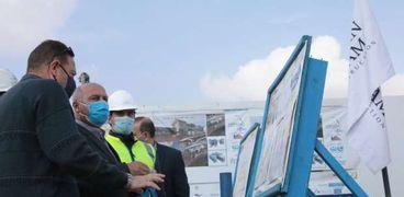 وزير النقل يتفقد مشروع القطار الكهربائي «LRT»: التزموا بالخطة الزمنية