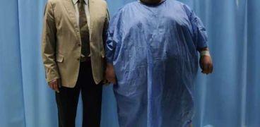 الدكتور خالد جودت مع مريض السمنة المفرطة الراحل محمود سمير