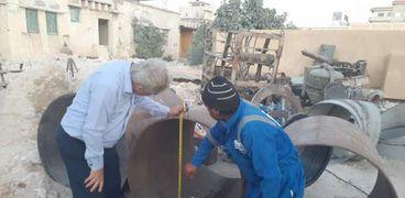 رئيس شركة مياه مطروح يتابع اعمال نقل خطوط المياه بمدينة الحمام