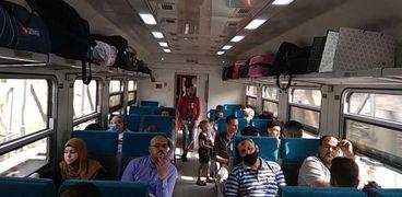 الركاب يستقلون قطارات السكة الحديد - صورة أرشيفية