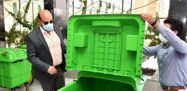 محافظ اسوان يتفقد حاويات جمع القمامة