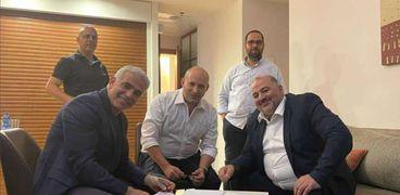 نفتالي بينيت ويائير لبيد و عباس منصور