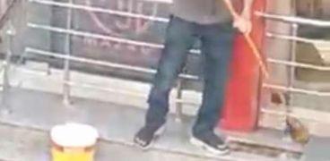 صورة من فيديو السيدة أثناء التنمر