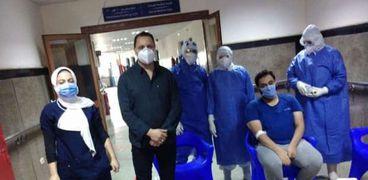 أطباء عزل كفر الشيخ يحتفلون بعيد ميلاد زميلهم