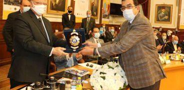 محافظ القاهرة يكرم المشرف العام على النظم وتكنولوجياالمعلومات