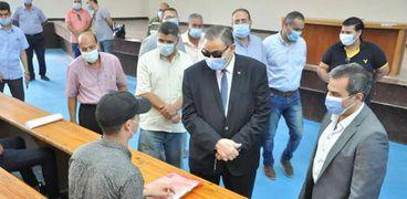 رئيس جامعة كفر الشيخ يتابع توقيع الكشف الطبي على الطلاب الجدد