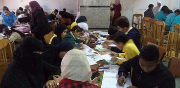 التلاميذ بمركز مطروح الاستكشافى خلال رسمهم لوحات فنية