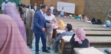 رئيس جامعة دمنهور يوزع الشيكولاته على الطلاب أثناء الامتحانات