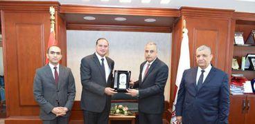محافظ سوهاج يكرم رئيس الجامعة السابق تقديراً لمجهوداته