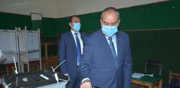 وزير الطيران المدنى يدلي بصوته في انتخابات مجلس الشيوخ