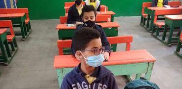 طلاب يطبقون الإجراءات الاحترازية داخل أحد الفصول