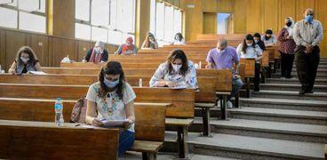 طلاب الفرق النهائية بجامعة عين شمس أثناء أداء الامتحان