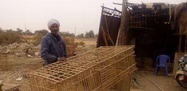 «خالد» أحد القفاصين يقوم بعملية التصنيع فى الوادى الجديد