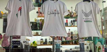 كريم يصمم «تي شيرتات» لدعم فلسطين بدمياط: جوه قلبنا