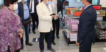 وزير الطيران يتفقد مطار برج العرب ويهنئ العاملين بالحصول على شهادة الأیزو