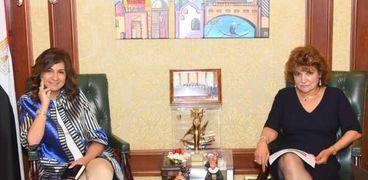 السفيرة نبيلة مكرم وزيرة الهجرة وشئون المصريين في الخارج وليلي بنس